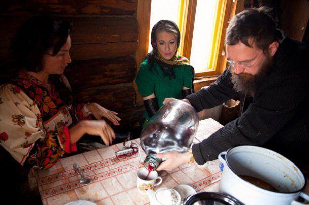 Ксенія Собчак в селі годувала свиню
