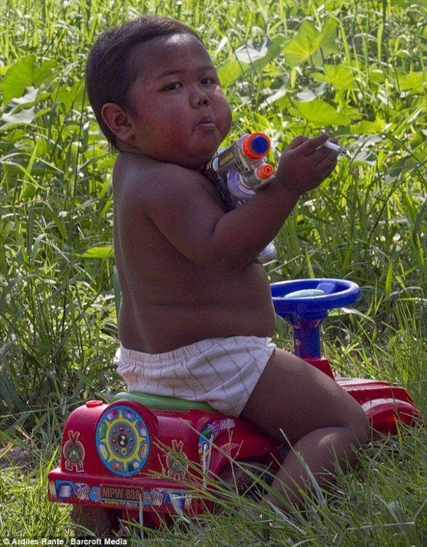Двухлетний мальчик из Индонезии выкуривает 40 сигарет в день
