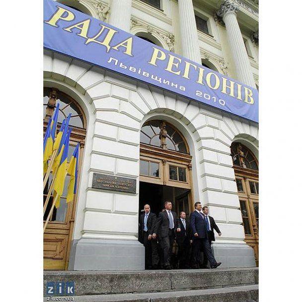 Януковичу во Львове подарили тельняшку и берет