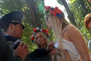 Возле Рады милиция задержала трех обнаженных активисток Femen