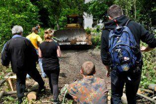На захисників харківського парку знову напали: є поранені