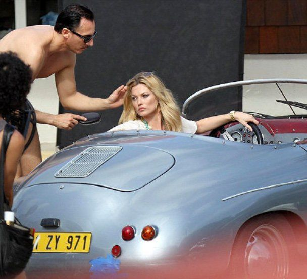 Кейт Мосс засмагає топлес