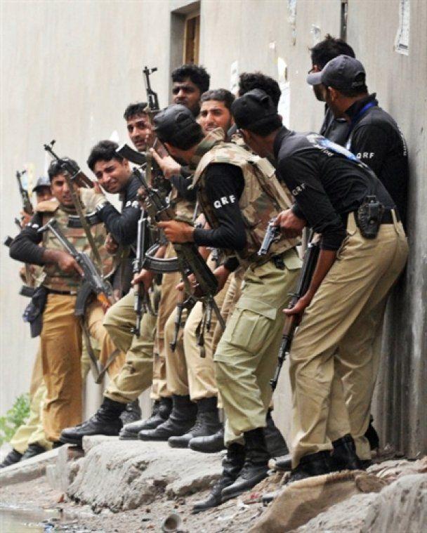 Пакистанские боевики захватили в заложники две тысячи верующих в мечетях