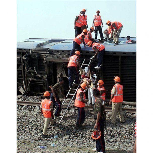 Теракт на железной дороге в Индии: десятки погибших