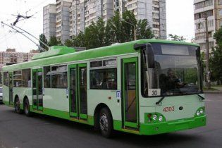 В Сумах водитель маршрутки побил женщину-водителя троллейбуса
