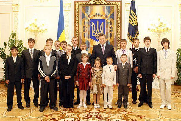 Янукович наградил детей-героев и сыграл в футбол