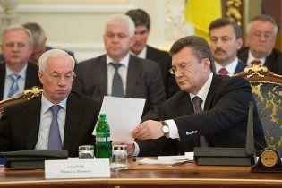 "Янукович оценил работу Азарова: ""Да, нормально"""