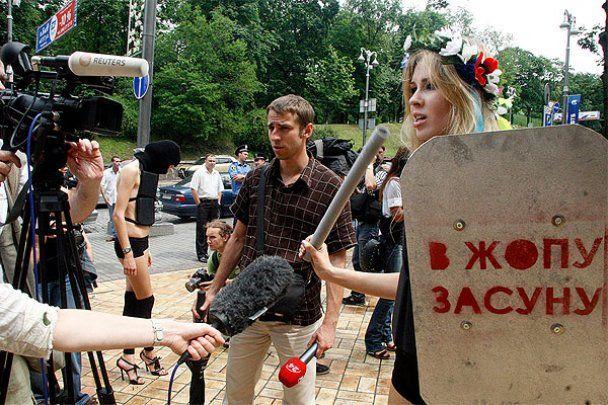Активістки FEMEN побили журналістів у центрі Києва