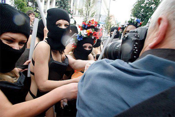 FEMENістки попросили захисту у Хорошковського