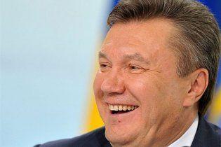 Янукович вернулся в Украину с краденной картиной