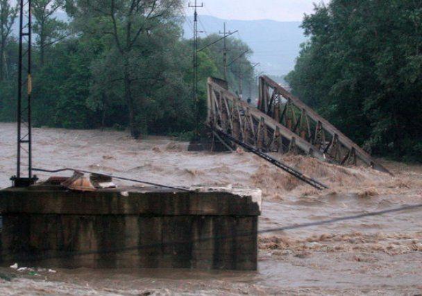 В Польше из-за наводнения обвалился железнодорожный мост