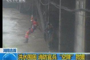 В результаті повеней і зсувів в Китаї загинуло 53 людини