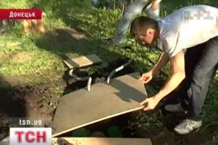 В Донецкой области лечат депрессию, похоронив себя живьем