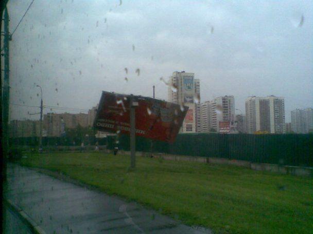 Над Москвою пронісся ураган: вітер валив дерева і трощив машини
