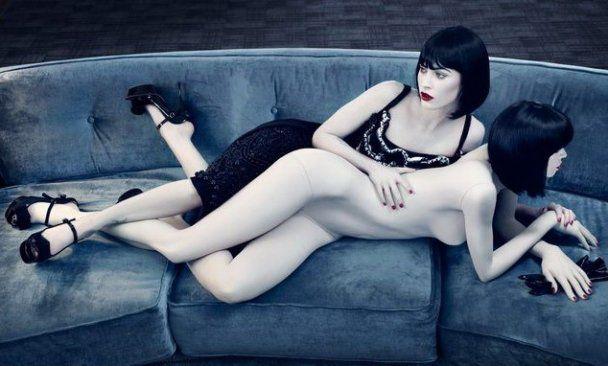 Меган Фокс пофліртувала зі своєю оголеною копією