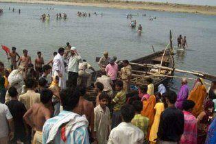 В Индии перевернулось судно с детьми и женщинами : десятки погибших