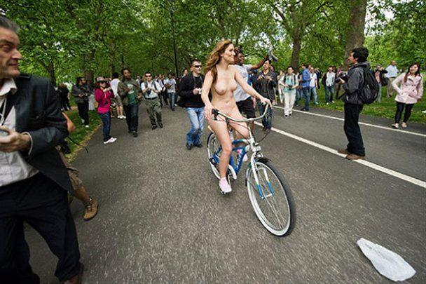 Голий велопробіг проти забруднення і агресії