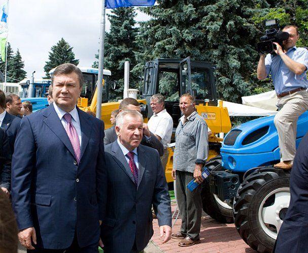 Янукович вручив аграріям ключі від комбайнів