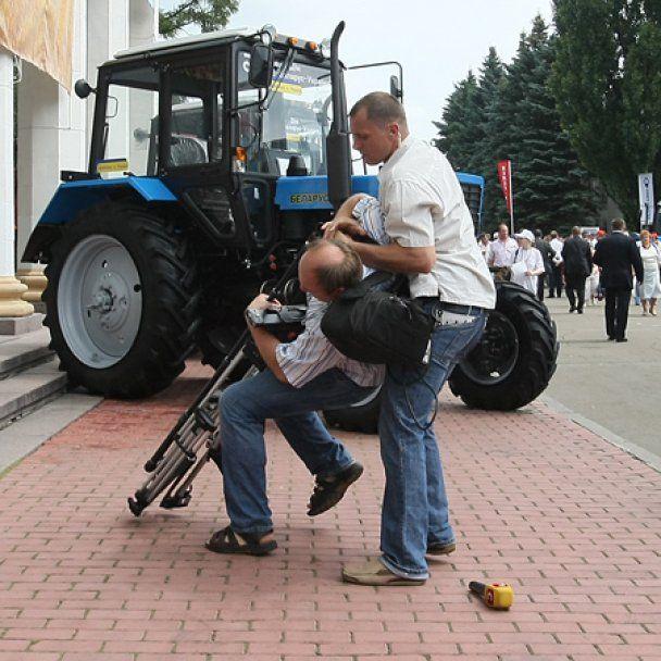 """Прокуратура дозволила охороні Януковича """"заламувати"""" журналістів"""