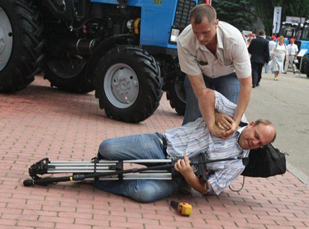 Охранника Януковича, который поднял руку на журналиста, отстранили от работы