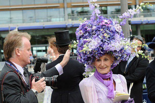 Катя Осадча вразила британських леді епатажним капелюшком