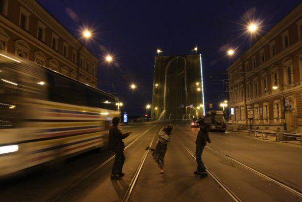 """Напротив здания ФСБ в Петербурге """"подняли"""" 65-метровый фаллос"""