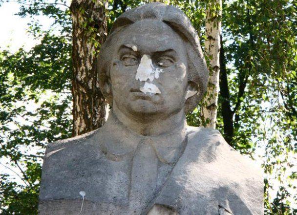 В Киеве националисты отбили нос памятнику Крупской
