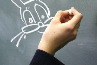 Школярка потрапила до суду через намальованого на дошці зайця