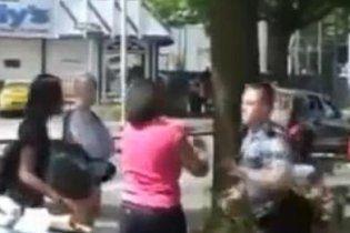 В США белый полицейский избил негритянку за неправильный переход дороги