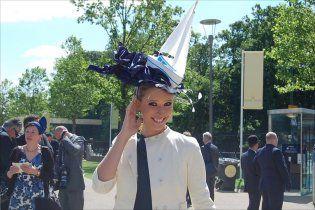 Катя Осадчая поразила британских леди эпатажной шляпкой
