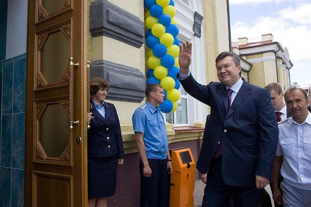 На Сумщині Янукович відвідав церкву і запустив електропоїзд