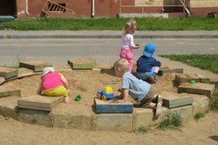 У Криму чоловік зарізав  хлопчика, який грався в пісочниці