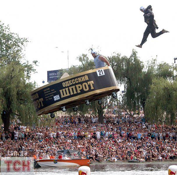 В Киеве летали шпроты, топоры и даже вареники