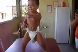 Малыш-танцор в памперсах взорвал Интернет (видео)