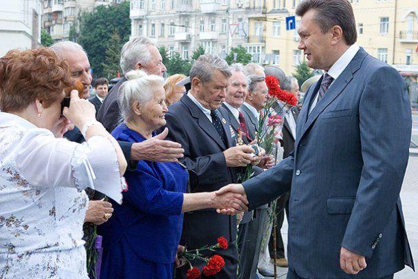 Первые лица возложили цветы к Могиле Неизвестного солдата