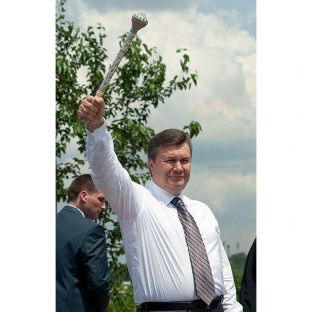 На Хортице Янукович получил от казаков булаву