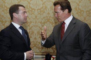 """""""Инновационный"""" визит в США Медведев начал в гостях у Шварценеггера"""