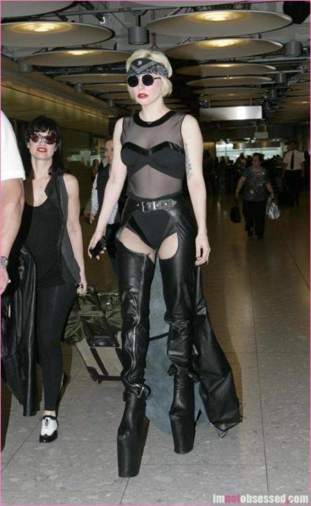 Lady GaGa упала с 25-сантиметровых туфель на платформе