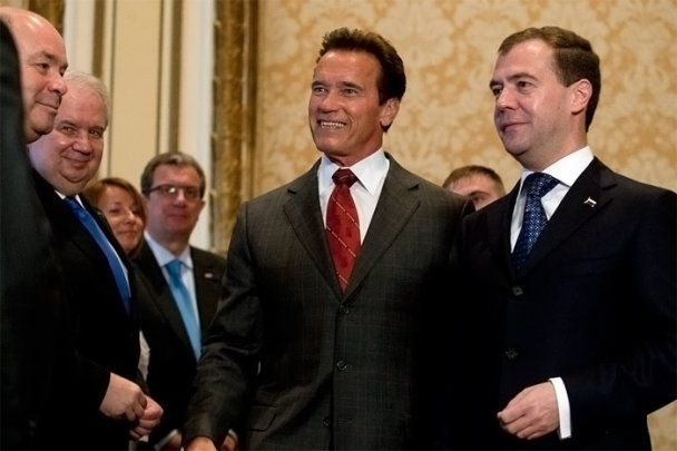 """""""Нанопрезидента"""" Медведева дотянули к высокому Шварценеггеру фотографы и каблуки"""