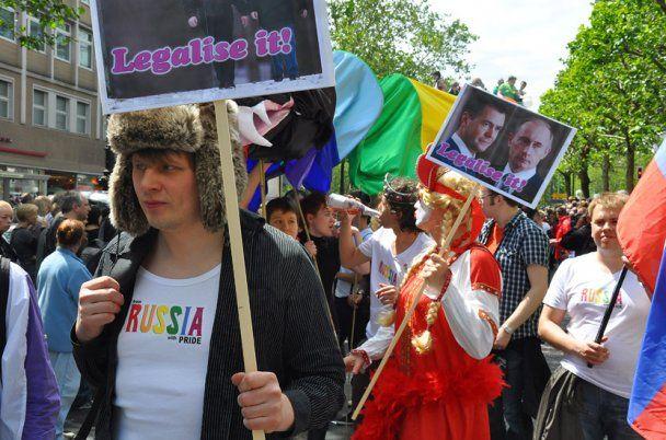 Российские геи вышли на парад в Берлине с портретами Путина и Медведева