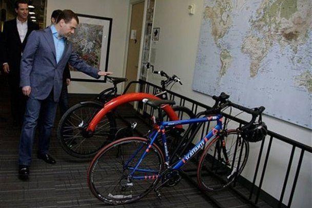 Медведеву в США подарили iPhone и картину