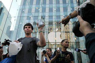 За новим iPhone вишикувалися кілометрові черги