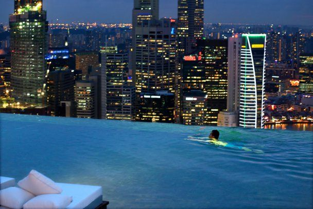 """В Сингапуре открыли дорогой отель с """"бесконечным"""" бассейном"""