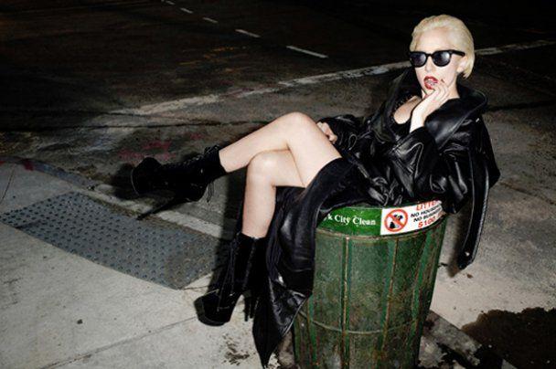Lady GaGa в бикини и с пулеметами снялась для Rolling Stone