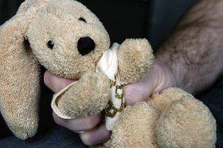 На Тернопольщине отец пытал 4-летнюю дочку на виду у пьяной матери