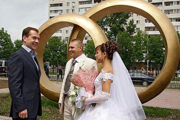 Мєдвєдєв став свідком на трьох весіллях
