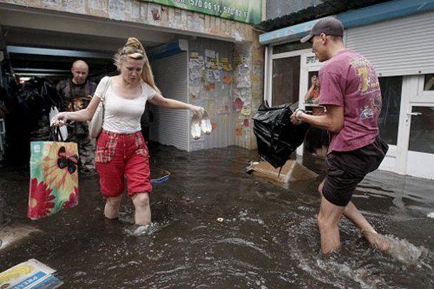 """У Києві злива затопила станцію метро """"Позняки"""""""