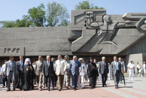 Янукович в Севастополе вручал кортики