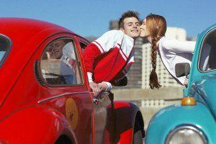Італійцям заборонили цілуватися в авто