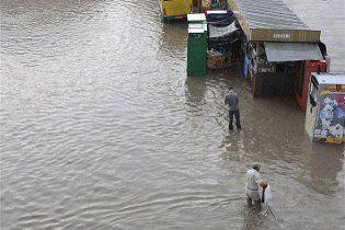Злива в Києві паралізувала рух на Броварському проспекті